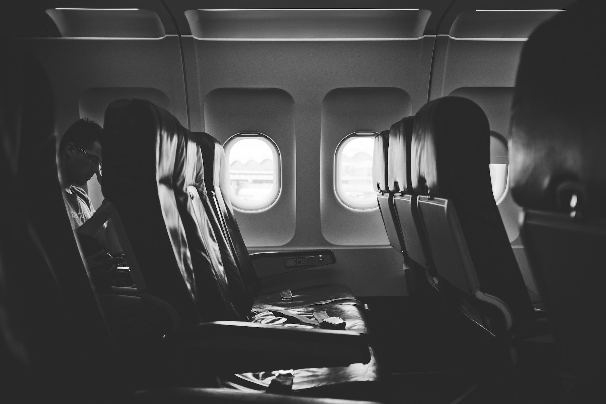 Vliegtuigstoelen en raampjes - Gratis stockfoto's van StockSnap